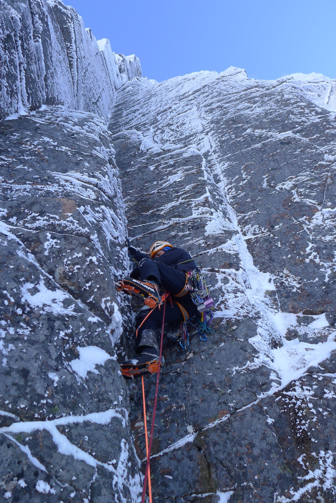Ross Hewitt Guiding scottish winter climbing 5 ventricle